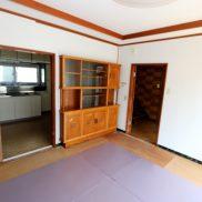 台所との境界に作り付け食器棚あり。(居間)
