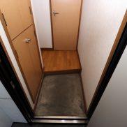 収納は奥が深くスペアタイヤが収納できます。(玄関)