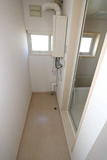 洗濯機置場、壁掛け灯油ボイラー
